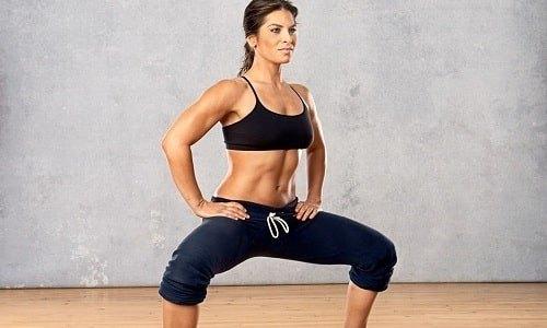 Если грыжа уже диагностирована, то в тренажерном зале выполняются упражнения без веса. К таковым относятся приседания