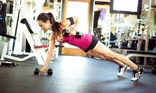 Нежелательно выполнять при грыже упражнения со штангой. Лучше заменить ее гантелями