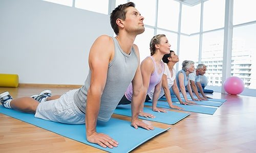 Для укрепления мышц брюшного пресса, снижения веса и предупреждения развития осложнений используются массаж и лечебная гимнастика