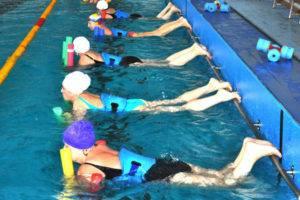 Если пациент не умеет плавать, стоит использовать специальный поддерживающий инвентарь