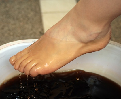 The correspondent of SE moisturized and smoothed the skin of the feet with paraffin