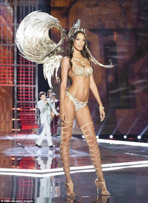 Lais Ribeiro revealed she loves using them to focus on her abs, outer thighs and glutes